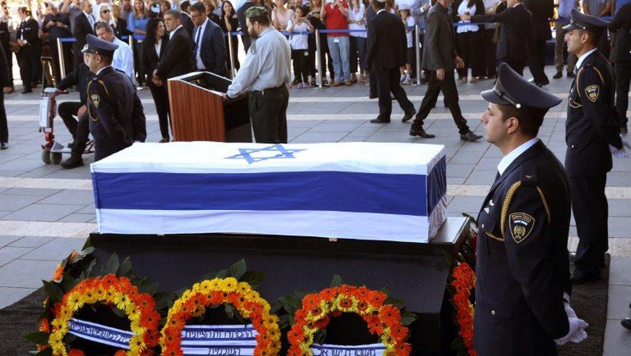 Le cercueil de Shimon Peres exposé sur le parvis de la Knesset, le 29 septembre 2016 à Jérusalem