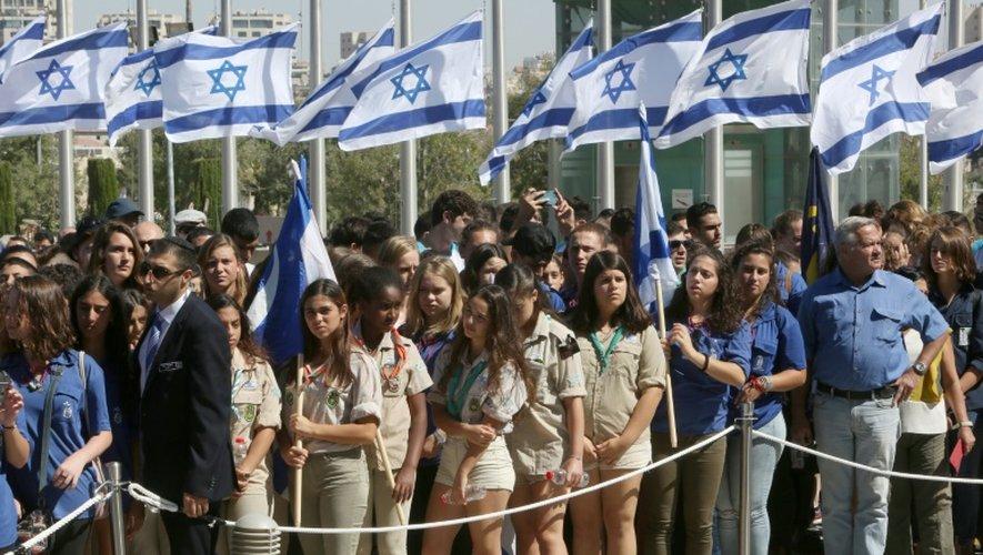 Des Israéliens, dont des scouts, attendent par centaines pour se reccueillir sur la dépouille de l'ancien chef de l'Etat, devant la Knesset à Jérusalem le 29 septembre 2016
