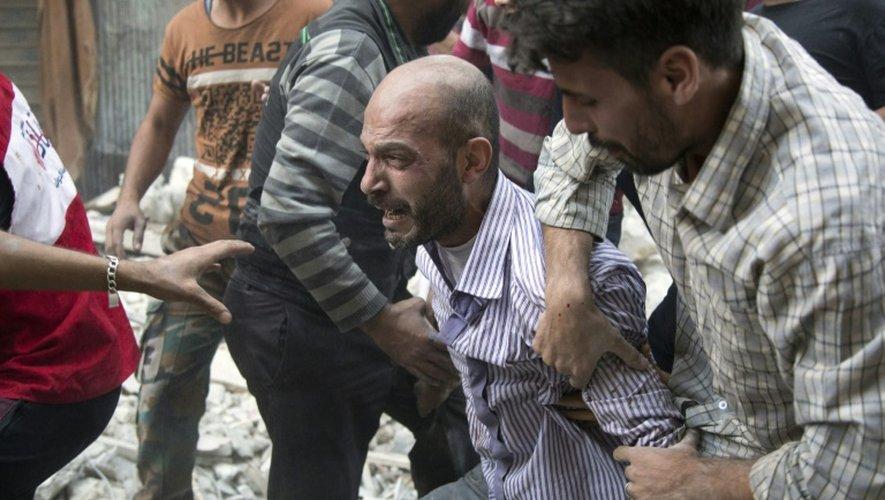 Un père hurle de chagrin après la découverte du corps de sa fille dans les décombres le 24 septembre 2016 dans la quartier Al-Shaar à Alep