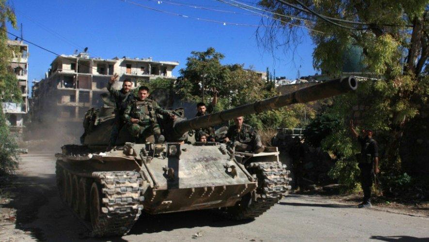 Les forces pro-gouvernementales syriennes prennent position à Alep, dans le district de Souleimane al-Halabi, situé sur la ligne de démarcation, le 30 septembre 2016