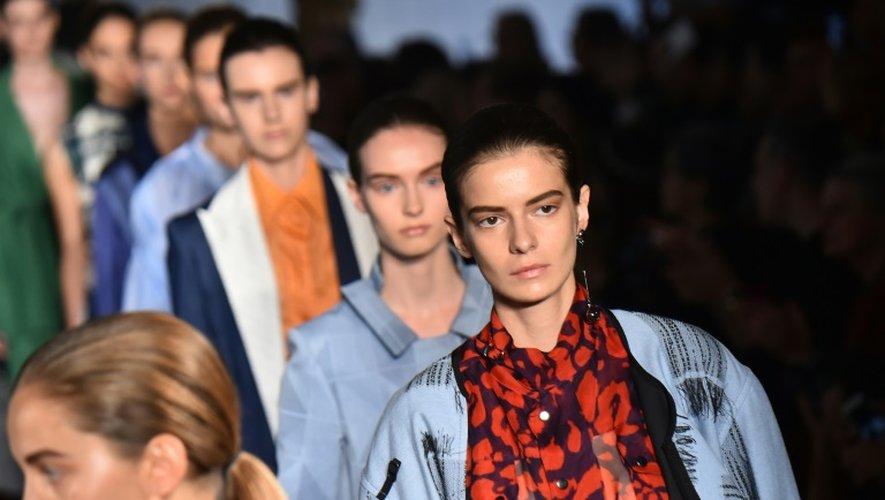 Des mannequins présentent la collection de Mila Schon, lors de la Fashion Week de Milan, le 26 septembre 2016