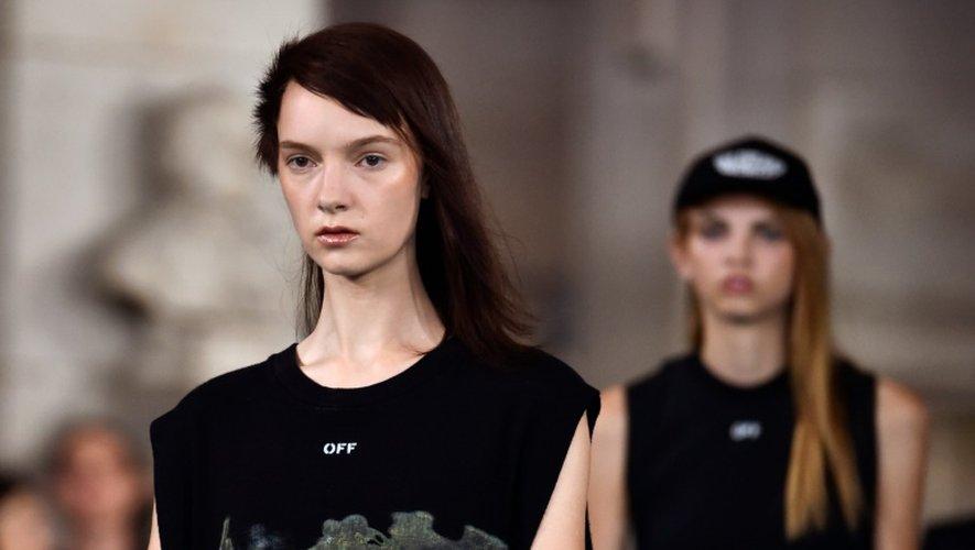Des mannequins présentent la collection  prêt-à-porter Printemps-Ete de Off-White 2016-2017 lors de la Fashion week de Paris, le 29 septembre 2016