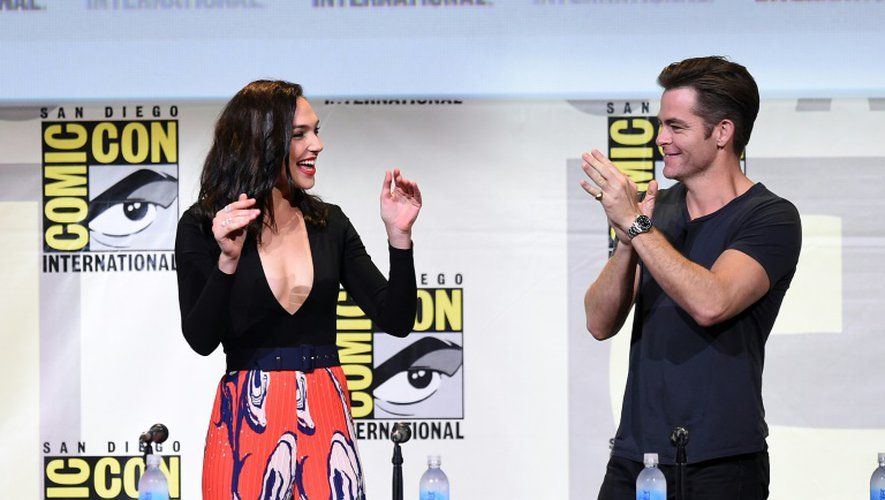 """L'actrice Gal Gadot (G) et l'acteur Chris Pine lors de la présentation de """"Wonder Woman"""" au Comic-Con 2016 à San Diego (Californie), le 22 juillet 2016"""