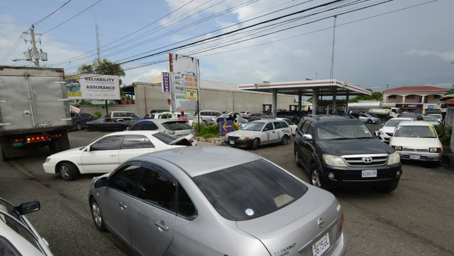 Des automobilistes attendent de faire le plein d'essence avant le passage de l'ouragan Matthew à Kingston en Jamaïque, le 1er octobre 2016