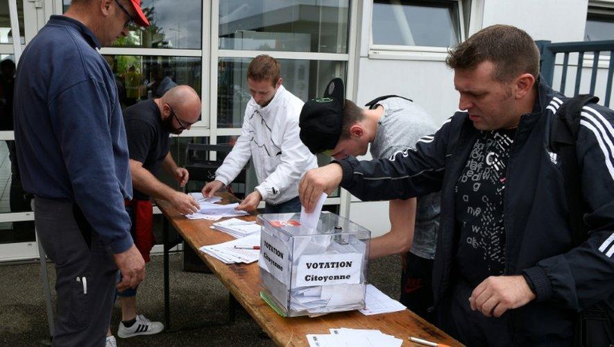Un salarié de l'usine Smart de Hambach (Moselle) vote lors référendum d'entreprise consultatif, le 28 juin 2016