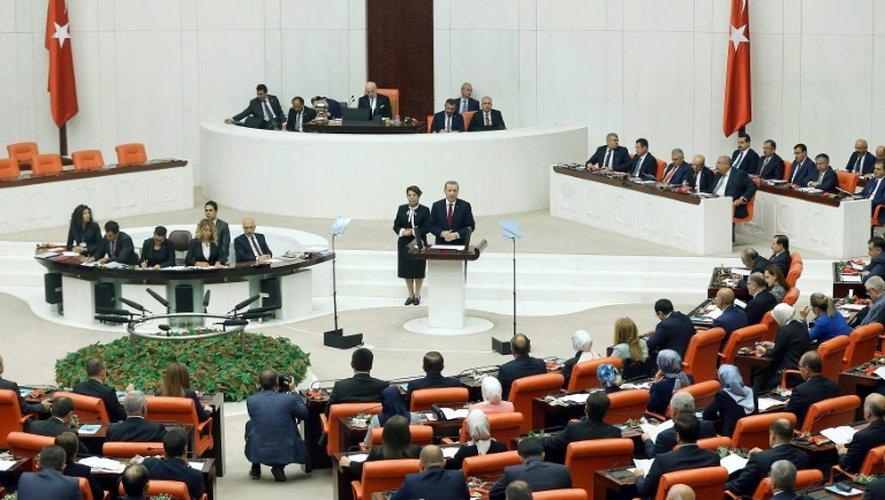 Le président turc Recep Tayyip Erdogan (C) s'adresse au députés du parlement, le 1er octobre 2016 à Ankara