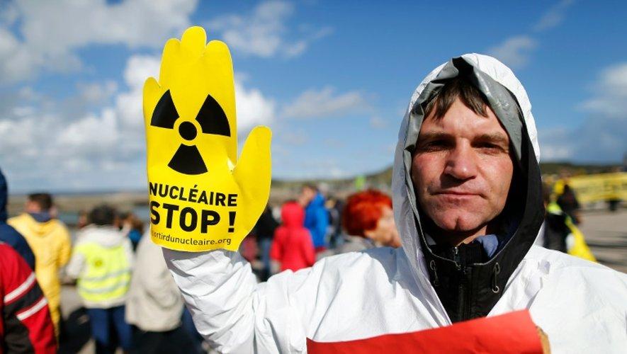 Un militant anti-nucléaire proteste contre la construction d'un réacteur EPR à Flamanville, le 1er octobre 2016