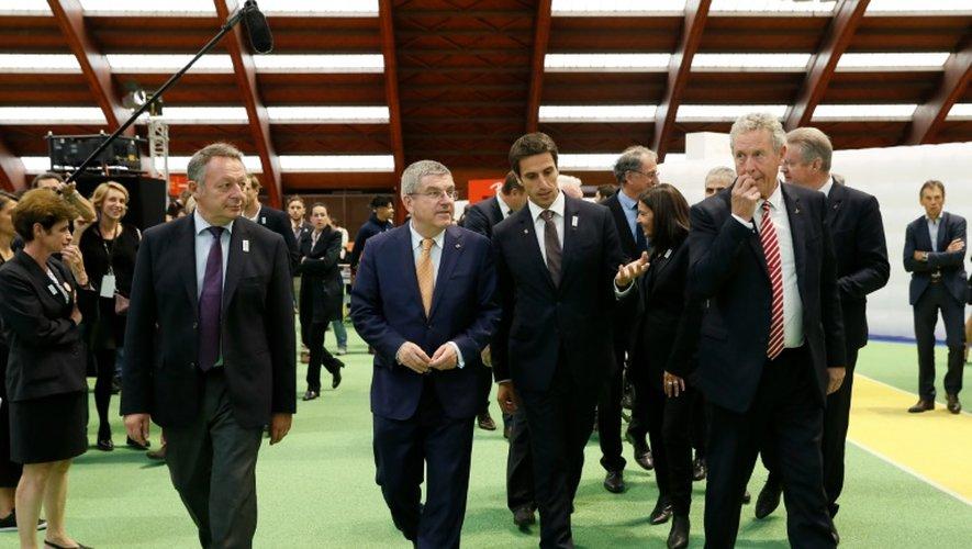 Le patron du CIO Thomas Bach avec des responsables français de la candidature parisienne pour les JO-2024 à l'INSEP
