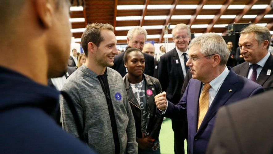 Le N.1 du CIO Thomas Bach s'entretient avec les athlètes français, dont Renaud Lavillenie à l'INSEP, le 1er octobre 2016