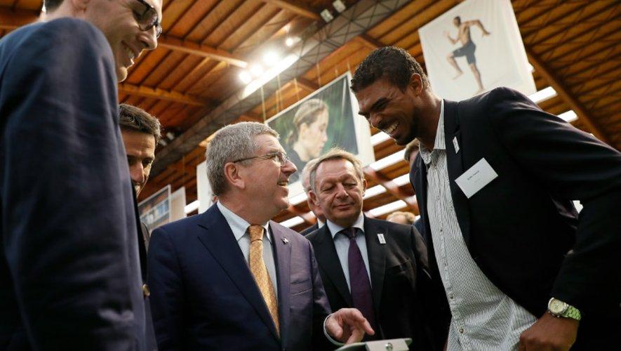 Thomas Bach plaisante avec l'escrimeur Yannick Borel, sous le regard de Tony Estanguet et de Thierry Braillard à l'INSEP, le 1er octobre 2016