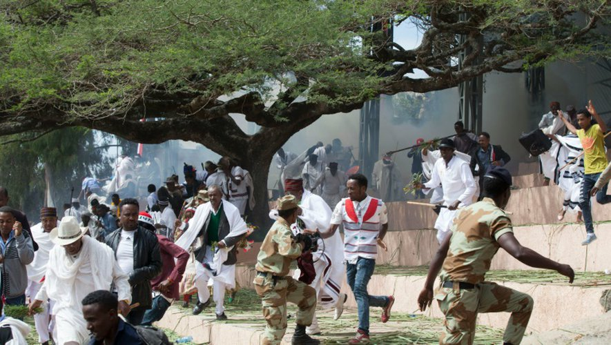 Des festivaliers fuient après des affrontements entre policiers et manifestants suivis d'une bousculade mortelle à Bishoftu (sud d'Addis Abeba) , le 2 octobre 2016