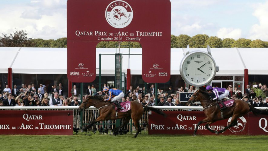 Le jockey britannique Ryan-Lee Moore franchit avec Found s'adjuge le 95e Qatar Prix de l'Arc de Triomphe à Chantilly, le 2 octobre 2016