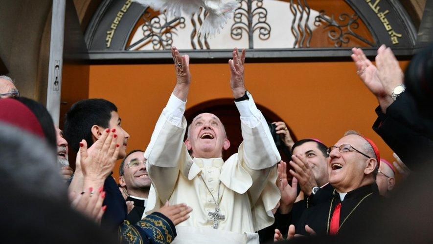 Le Pape François libère une colombe comme symbole de la paix dans l'église catholique St Simon Bar Sabbae à Tbilissi le 30 septembre 2016