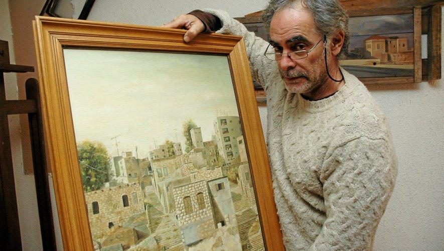 Shimon et l'une de ses œuvres de jeunesse où figure sa maison natale.