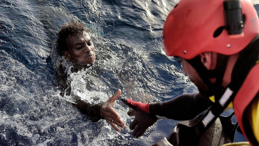 Un migrant secouru le 3 octobre 2016 au large de la Libye