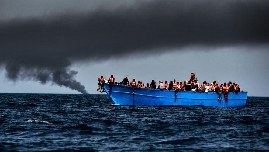 Des réfugiés attendant d'être secourus dans la méditerrannée au large de la Libye, le 3 octobre 2016