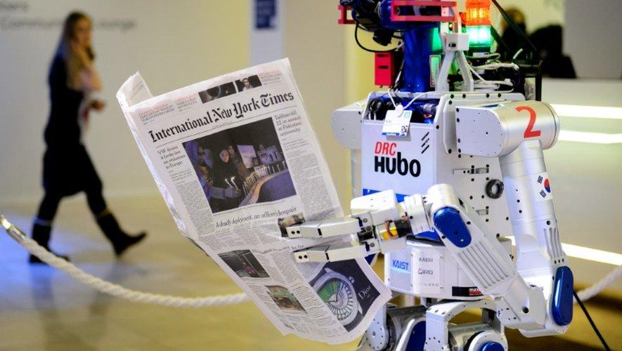 Un robot tient un journal lors d'une démonstration lors du forum économique mondial de Davos (Suisse), le 22 janvier 2016