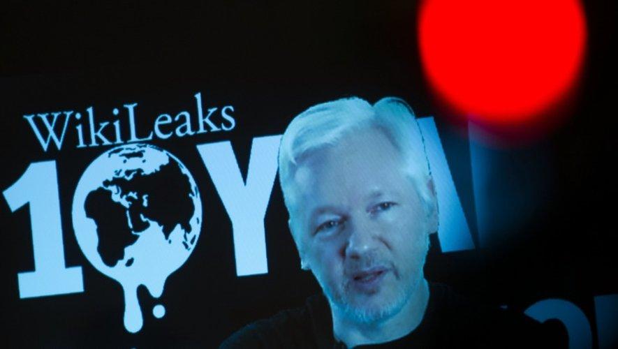 Le fondateur de WikiLeaks JUlian Assange s'adresse à la presse dans une vidéo live lors d'une conférence de presse consacrée à 10 ans de WikiLeaks, le 4 octobre 2016 à Berlin
