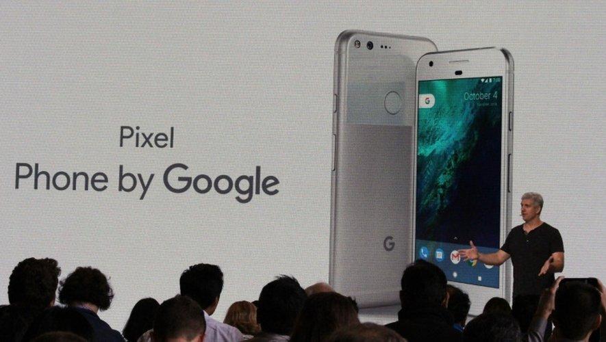 """La présentation du smartphone Google """"Pixel"""" par  Rick Osterloh le responsable de la branche smartphone du groupe à San Francisco en Californie, le 4 octobre 2016"""