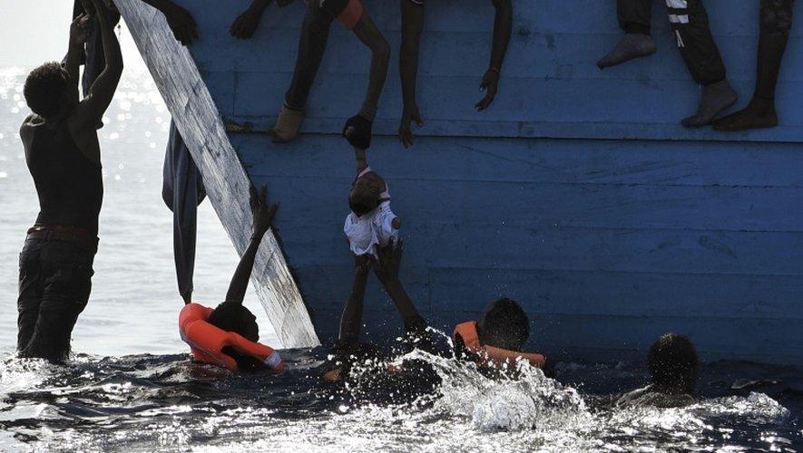 Une embarcation de migrants dérive au large de la Libye en mer Méditerranée, le 4 octobre 2016