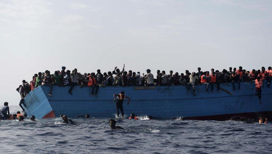Des migrants sur une embarcation de fortune au large de la Libye, le 4 octobre 2016.