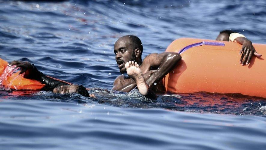 Un homme attend d'être secouru par les membres de l'Astral, un navire de l'ONG espagnole ProActiva Open Arms, au large de la Libye, en mer Méditerranée, le 4 octobre 2016.