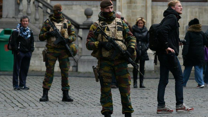 Nouvelle inculpation et alerte maximale maintenue à Bruxelles, mais métro et écoles vont rouvrir