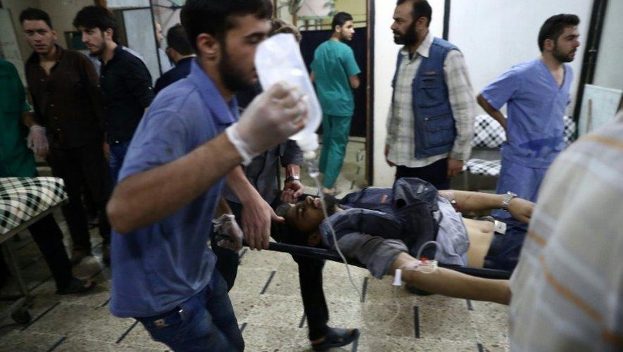 Un blessé transporté sur une civière le 3 octobre 2016 dans un hôpital à Alep