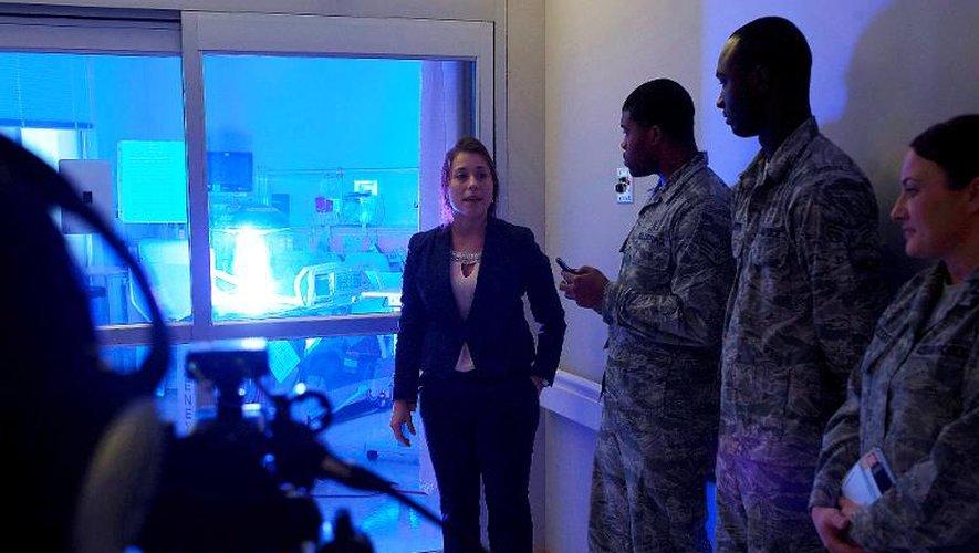 Photo de l'US Air Force prise le 20 octobre 2014 lors d'une démonstration des capacités du robot Xenex tueur d'agents pathogènes, sur la base militaire de Langley-Eustis, en Virginie