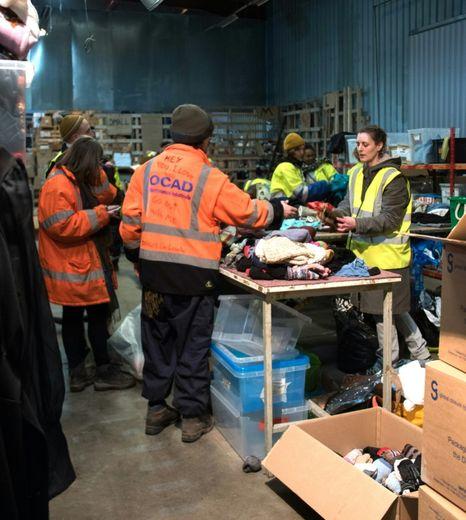 """Distribution de vêtements à des migrants le 22 février 2016 à """"l'Auberge des Migrants"""" à Calais"""