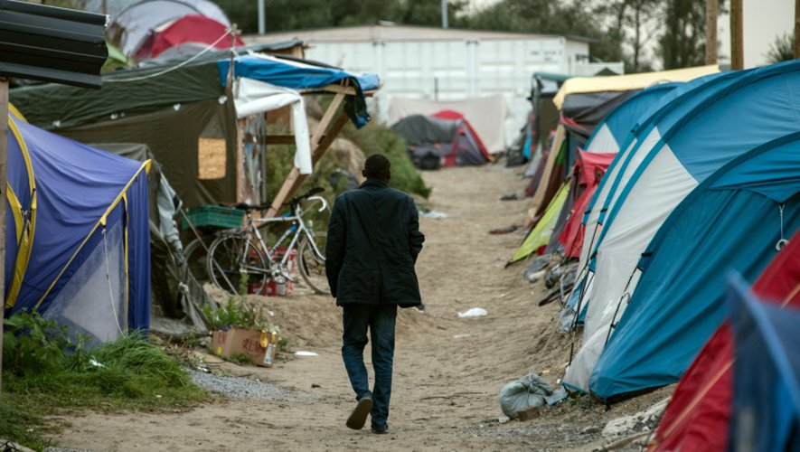 """Un migrant au milieu des tentes le 1er octobre 2016 dans la """"Jungle"""" de Calais"""