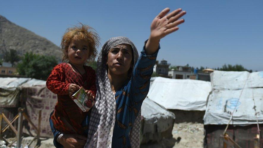 Une Afghane et sa fille dans un camp de réfugiés à Kaboul, le 20 juin 2016