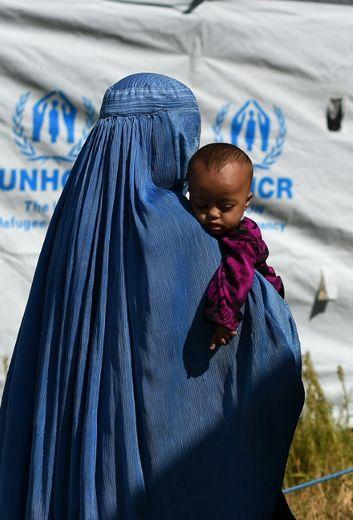 Une réfugiée afghane avec son enfant dans un camp du HCR, dans les faubourgs de Kaboul, le 27 septembre 2016