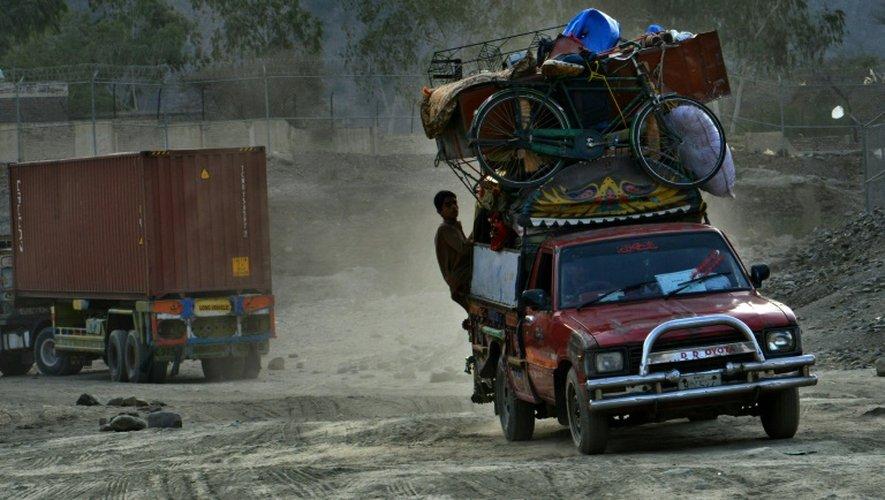 Des réfugiés afghans traversent la frontière entre le Pakistan et l'Afghanistan au point de passage de Torkham, le 7 septembre 2016