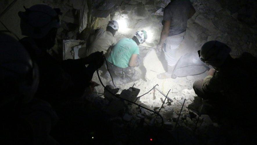 La sécurité civile recherchent des victimes d'une frappe aérienne dans un quartier rebelle d'Alep, le 4 octobre 2016
