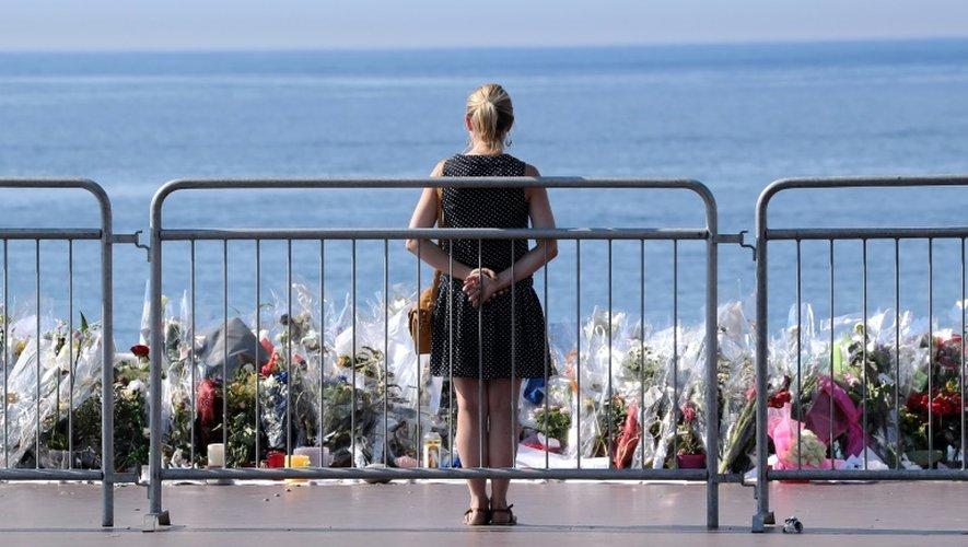 Une femme devant un mémorial élevé en hommage aux victimes de l'attentat de Nice, le 19 juillet 2016