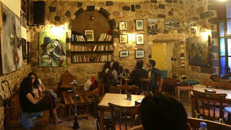 Une vingtaine d'œuvres de 15 artistes vivant désormais en exil sont exposées dans ce café très fréquenté, au cœur de la vieille ville de la capitale syrienne