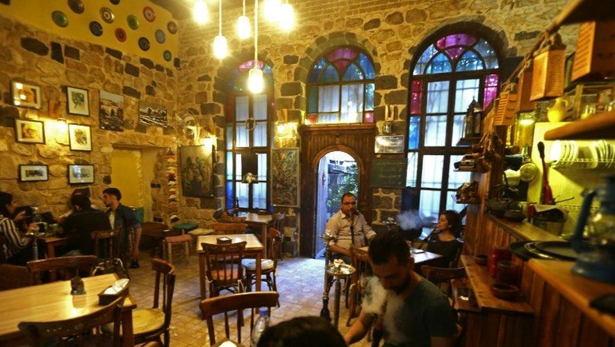"""Au café Zeriab de Damas - ici le 3 octobre 2016 - une exposition baptisée """"Et ils sont partis"""" montre les oeuvres d'artistes syriens ayant fui leur pays en guerre"""