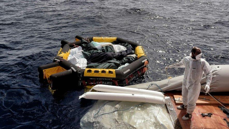 Des membres de l'ONG Proactiva Open Arms viennent en aide à des migrants, parfois retrouvés morts, en perdition à bord d'embarquations de fortune au large de la Lybie, le 5 octobre 2016