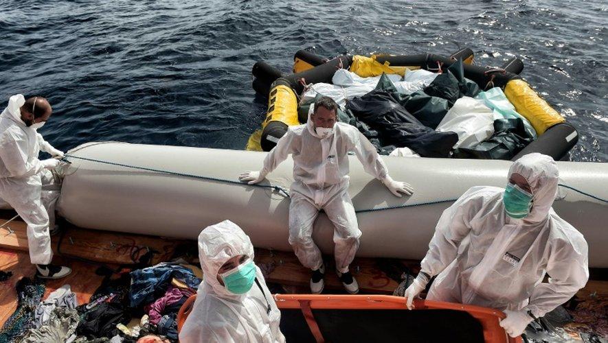 Des membres de l'ONG Proactiva Open Arms viennent en aide à des migrants, parfois retrouvés morts, en perdition à bord d'embarquations de fortune au large de la Lybie, le 6 octobre 2016
