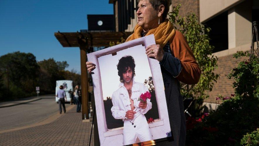 Phyllis Norden montre un poster acheté à Paisley Park à Chanhassen, Minnesota, le 6 octobre 2016