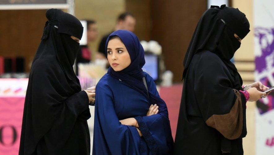 Des Saoudiennes font la queue pour assister au concert du groupe américain iLuminate, à l'université Princesse Noura bent Abdelrahman, le 6 octobre 2016 à Ryad