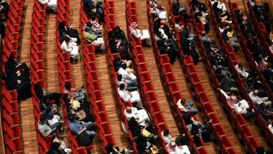 Des hommes et femmes attendent d'assister au concert du groupe américain iLuminate à l'amphithéâtre de l'université Princesse Noura bent Abdelrahman, le 6 octobre 2016 à Ryad, en Arabie Saoudite