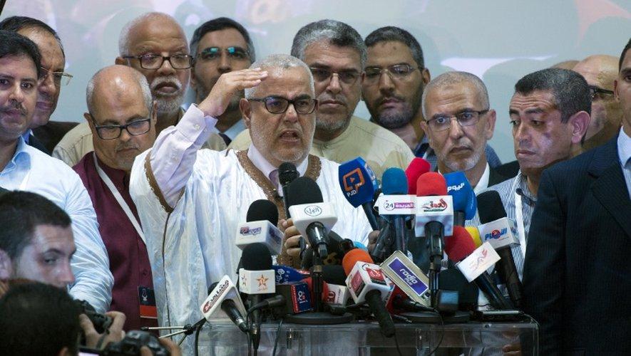 Le Premier ministre marocain, et secrétaire général du parti islamiste PJD, Abdelilah Benkirane (C), parle lors d'une conférence de presse après l'annonce des premiers résultats