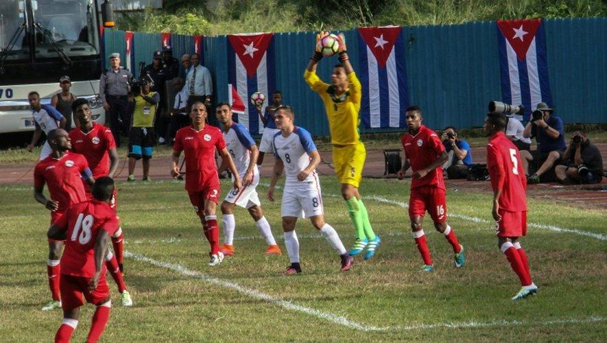 Le gardien de l'équipe de Cuba, Sandy Sanchez, s'empare du ballon lors du match amical contre les Etats-unis, à La Havane, le 7 octobre 2016