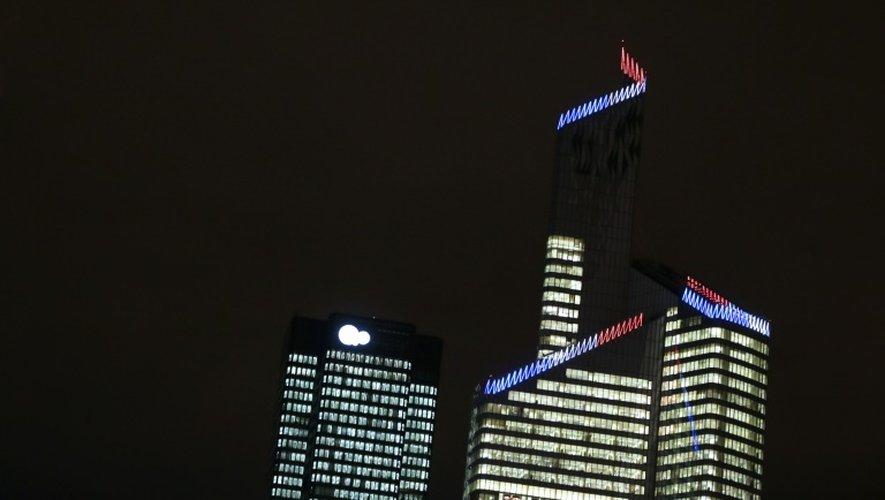 Des tours de bureaux éclairées la nuit à La Défense le 18 décembre 2012