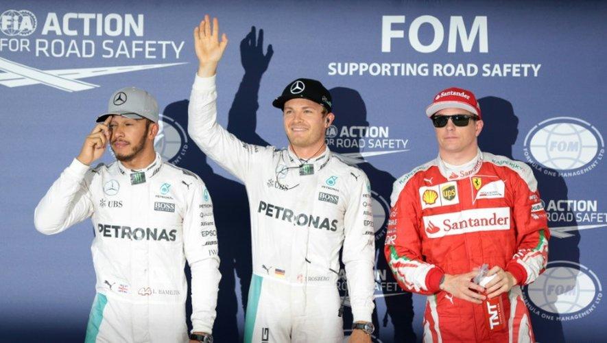 L'Allemand Nico Rosberg (Mercedes) lève le bras en souriant après avoir obtenu la pole position du GP de Japon, sur le circuit de Suzuka le 8 octobre 2016