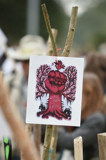 Une pancarte brandie lors d'une manifestation contre le projet d'aéroport de Notre-Dame-des-Landes, le 8 octobre 2016 sur le site