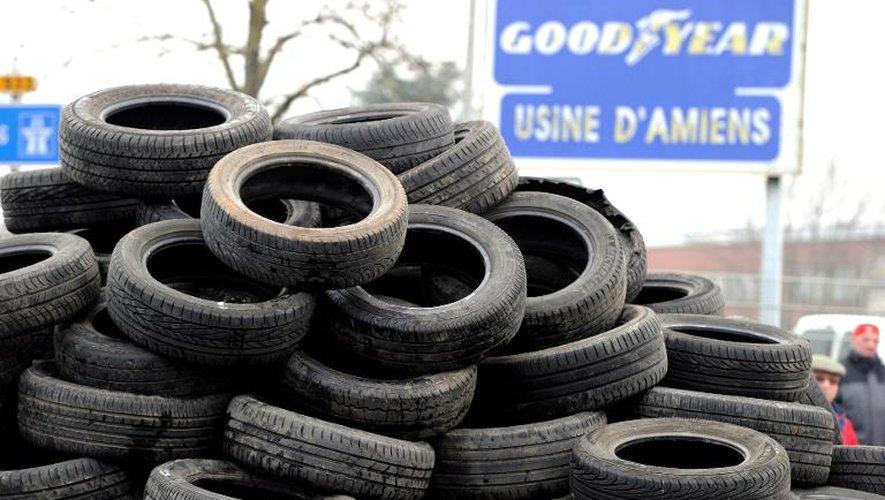 Des pneus empilés devant l'usine Goodyear d'Amiens le 26 février 2013 lors d'une manifestation de salariés contre la fermeture du site