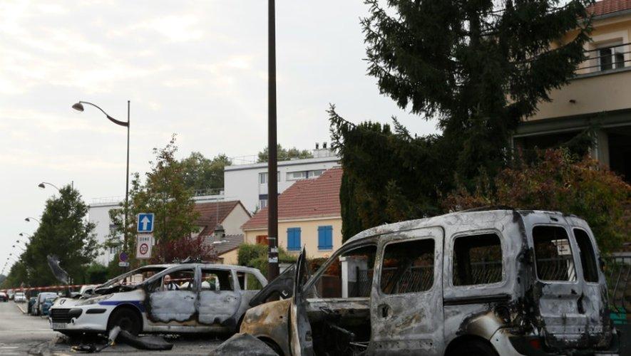 La carcasse de véhicules incendiés, parmi lesquels une voiture de police, à  Viry-Chatillon le 8 octobre 2016